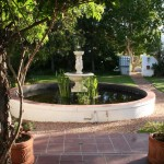 Accommodation McGregor. Fountain in garden of guesthouse